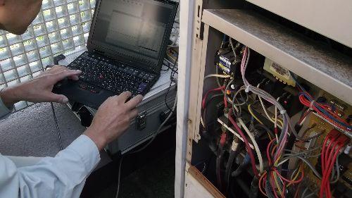 空調機のチェッカーを使い、運転状況、故障予知、故障原因を究明